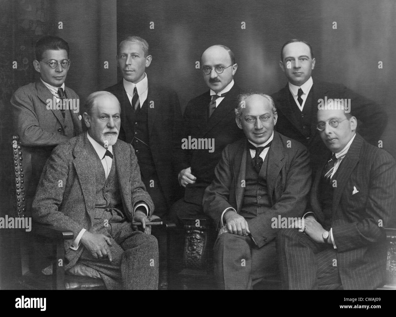 Sigmund Freud (1856-1939), with his 'secret committee' of six loyal supporters.  Seated (left to right): - Stock Image