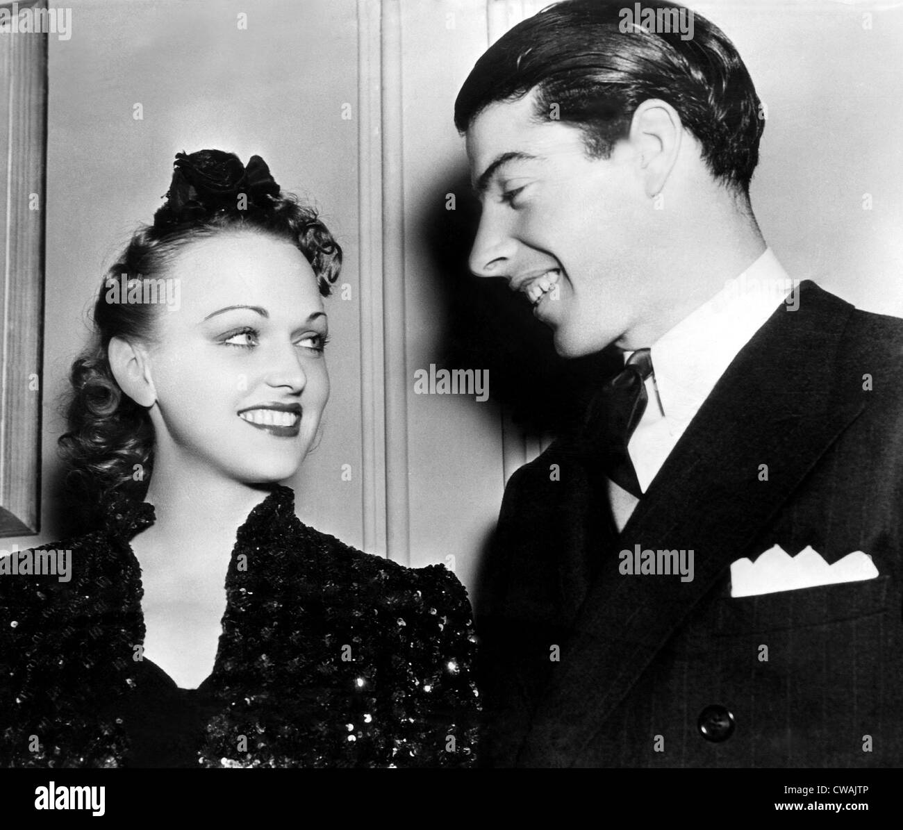 THE HOUSE OF FEAR, (aka SHERLOCK HOLMES AND THE HOUSE OF FEAR), Dorothy Arnold, visitor Joe DiMaggio, on-set, 1941. - Stock Image
