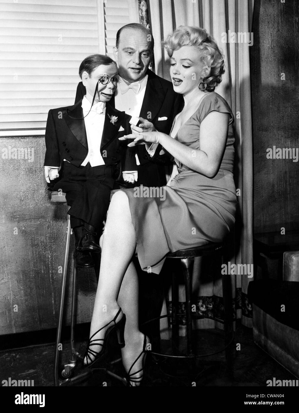 Edgar Bergen (center), and Marilyn Monroe (right), converse with ventriloquist dummy Charlie MaCarthy (left), 1952. - Stock Image