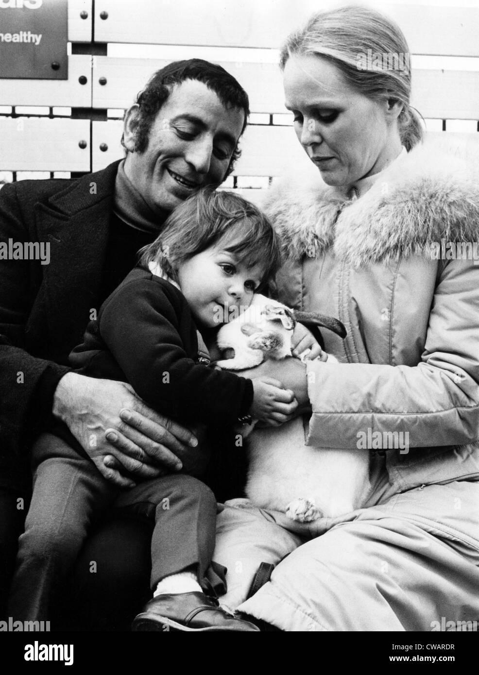 Tony Bennett, daughter Joanna, wife Sandra at Regents Park Zoo, London, January 25, 1972.. Courtesy: CSU Archives - Stock Image