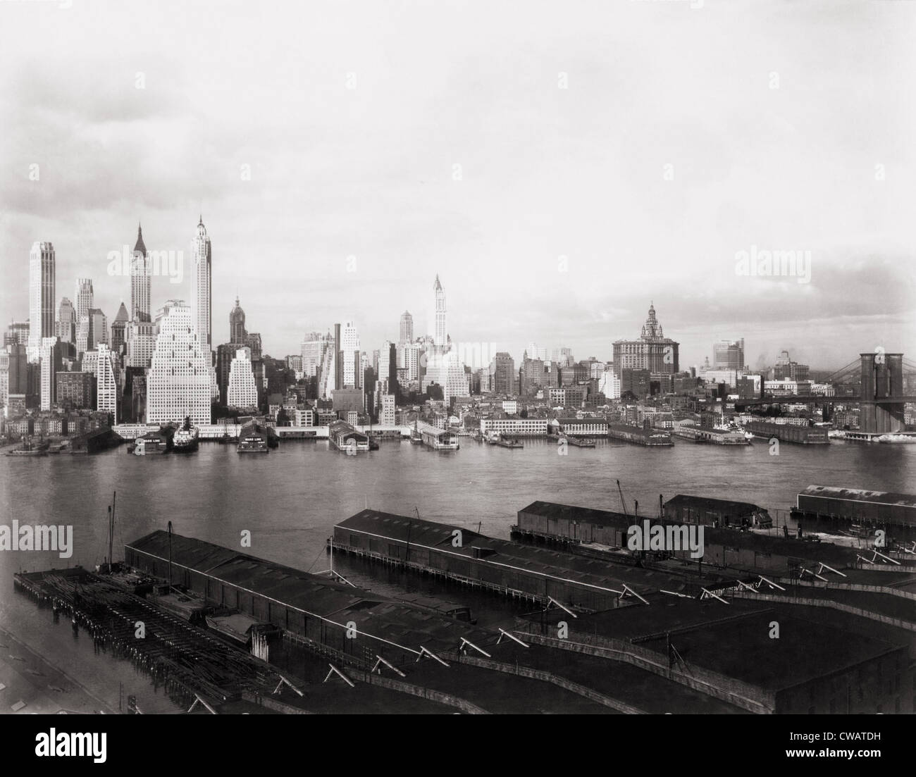 New York City skyline from Brooklyn in 1931.  The Singer (left of center with rounded top) and Woolworth (center) - Stock Image