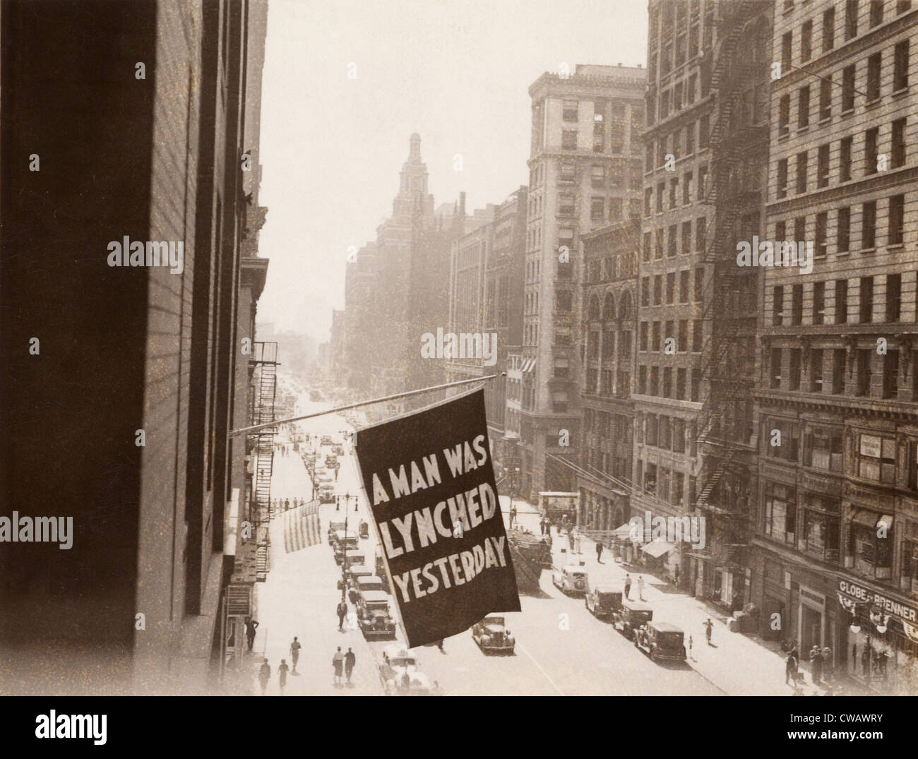Flag announcing another lynching. 'A MAN WAS LYNCHED YESTERDAY,' is flown from the window of the NAACP headquarters - Stock Image