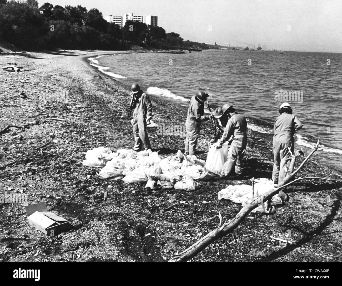 Workers cleaning up oil at the beach of Wildwood/Cleveland Lakefront State Park, ca. 1976. Courtesy: CSU Archives - Stock Image