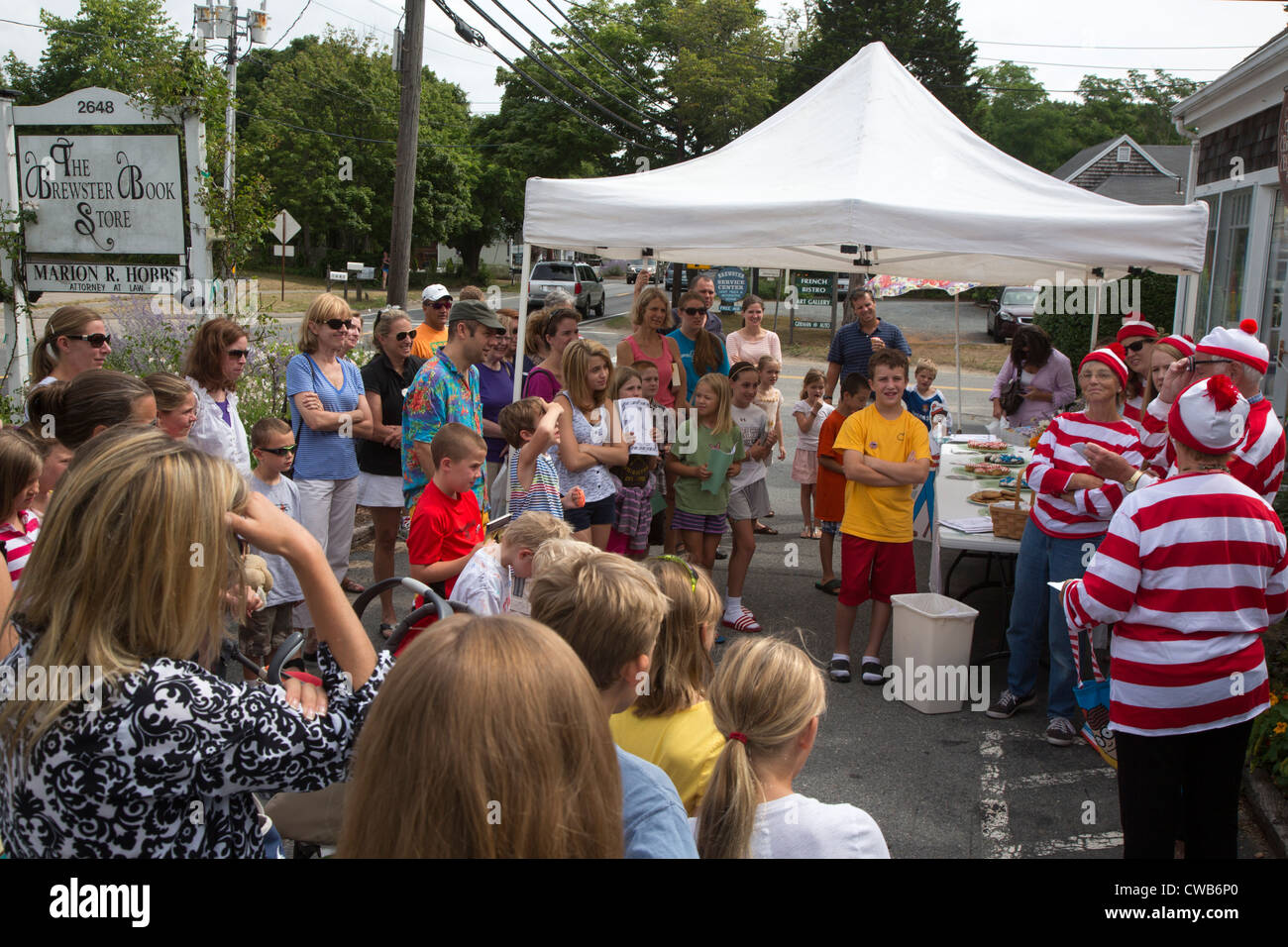 Brewster, Massachusetts - Costumed volunteers hand out prizes to children during a bookstore's 'Where's - Stock Image