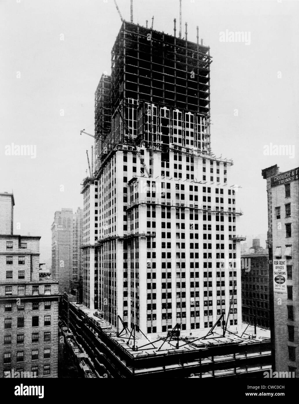 Empire State Building under construction in the early 1930s. The steel frame is built up to the 40th floor. - Stock Image