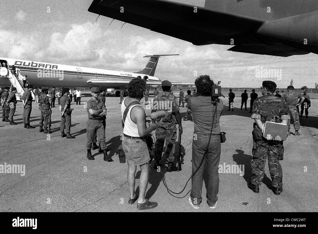 U.S. Air Force security police guard Cuban nationals as they board the airliner returning them to Cuba. The Cuban - Stock Image