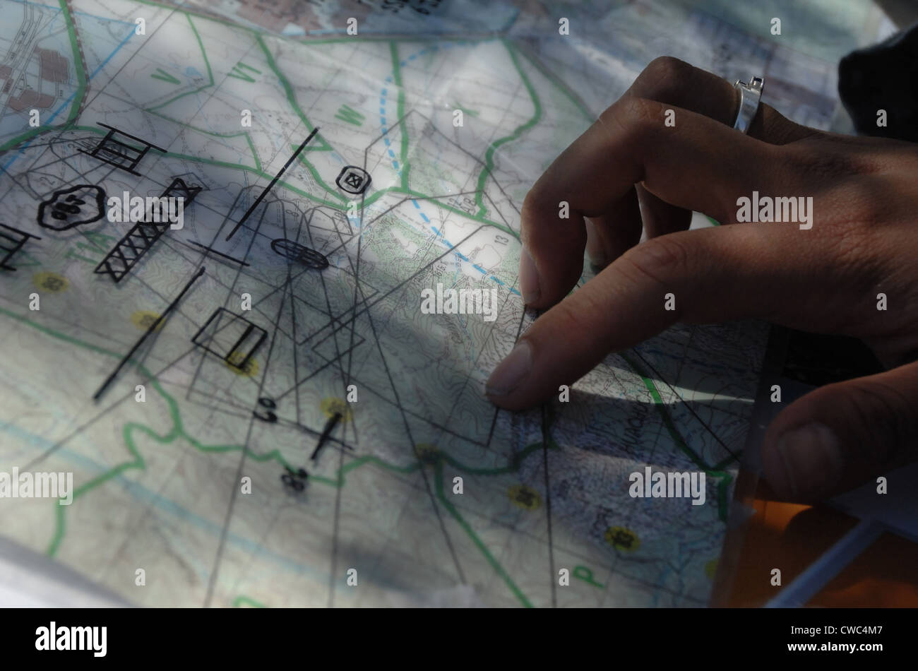 Military Map Reading Skills Demonstrated By Us Army Soldiers During - Us-army-map-reading