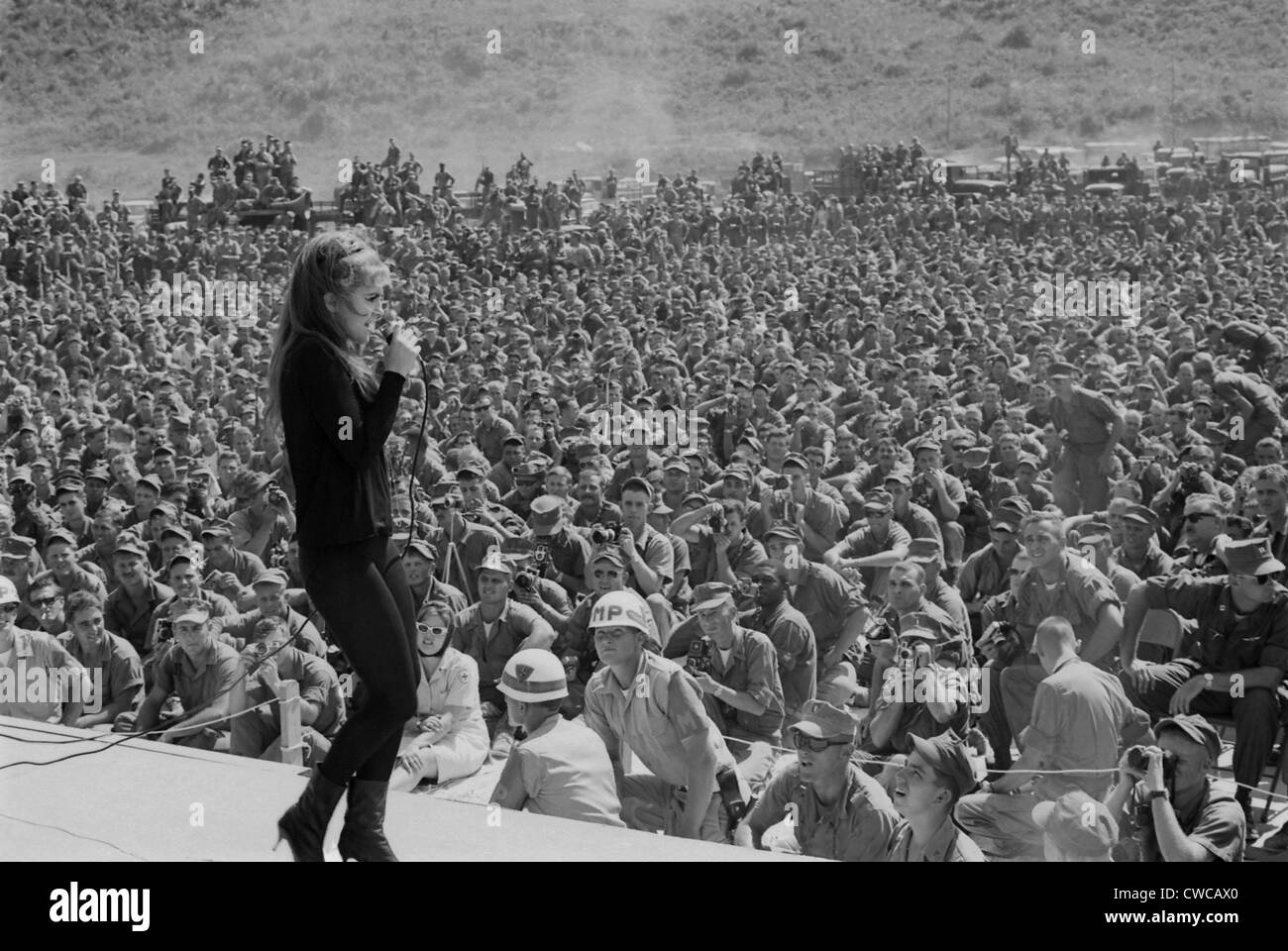 USO entertains troops in Vietnam. Ann Margret entertains thousands of troops in Danang, Vietnam. Tour of winter - Stock Image