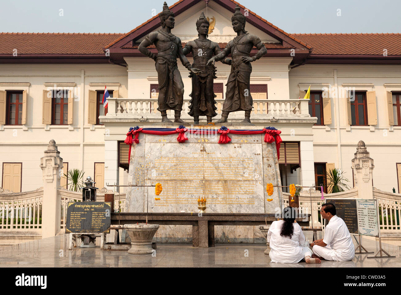 A couple paying homage to the three kings who have founded Chiang Mai (Thailand). Hommage aux trois rois fondateurs - Stock Image