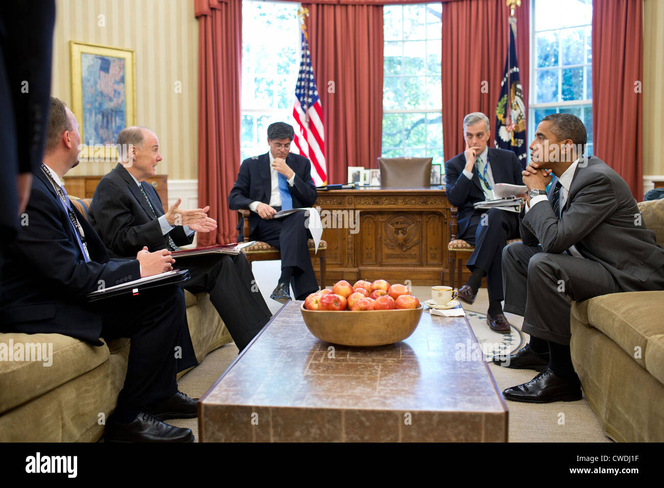 President Barack Obama meets with senior advisors in the Oval Office before a phone call with President Vladimir - Stock Image
