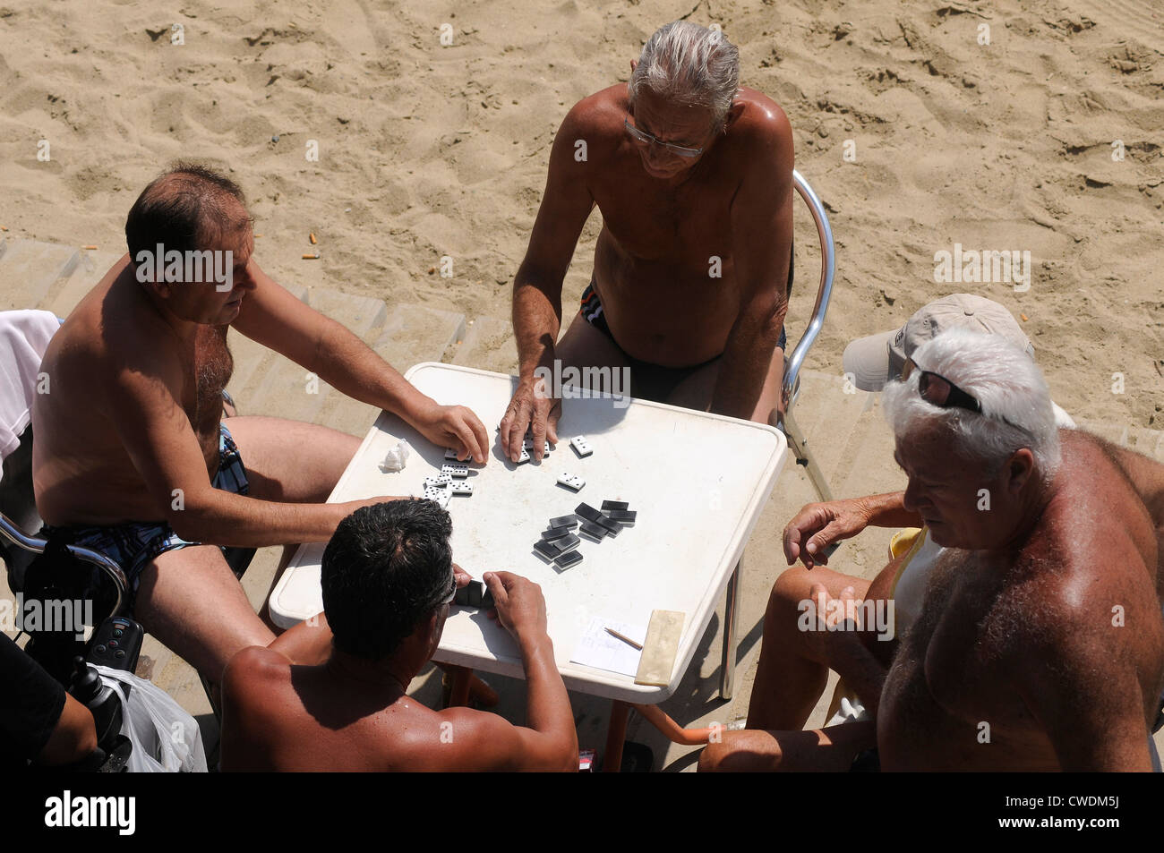 men playing domino on the seaside of  Barceloneta,  Barcelona - Stock Image