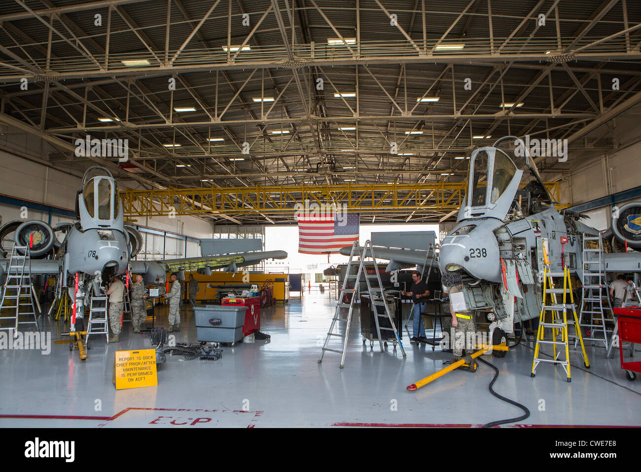 Airmen perform maintenance work on an A-10 Thunderbolt from the 354th Fighter Squadron at Davis-Monthan Air Force - Stock Image