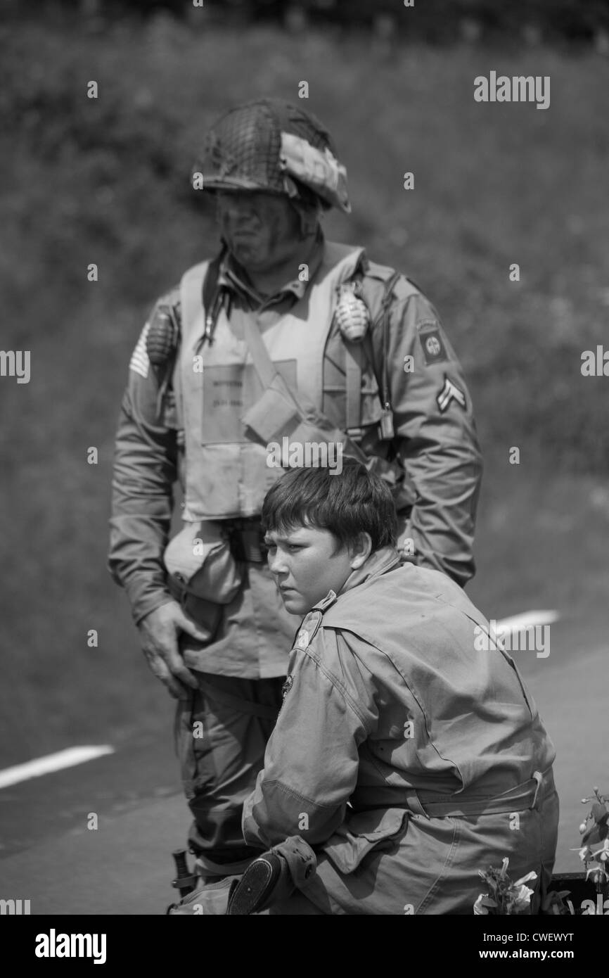 Older US Army Soldier with younger lad - Stock Image