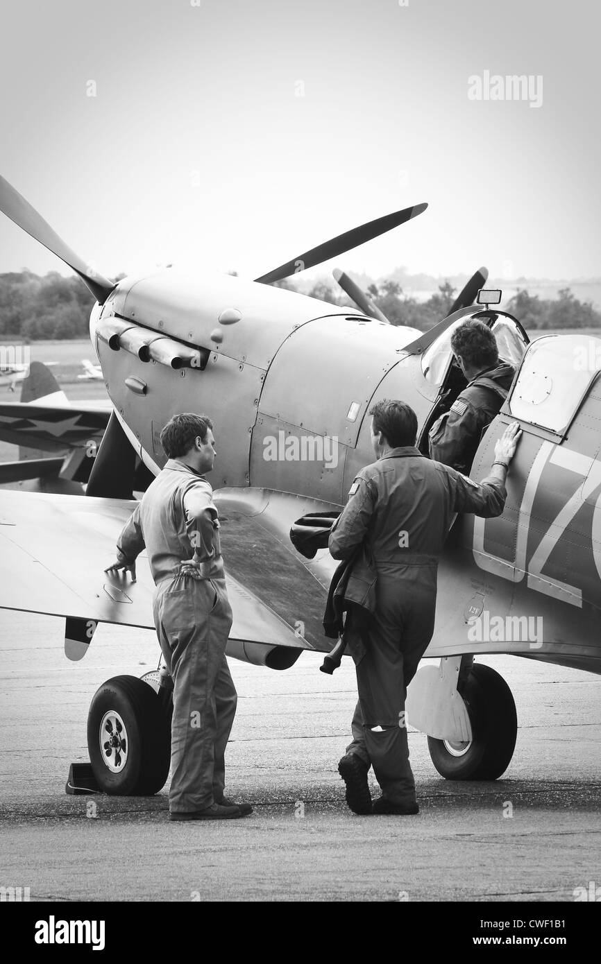 Ground crew talk to pilot of spitfire before take off - Stock Image