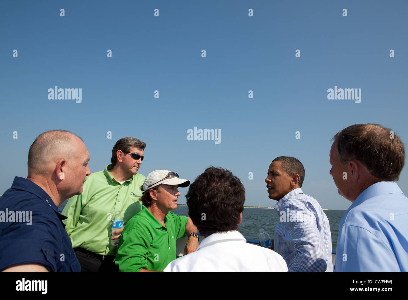 President Barack Obama talks with, from left, National Incident Commander Adm. Thad Allen, Alabama Gov. Bob Riley, - Stock Image