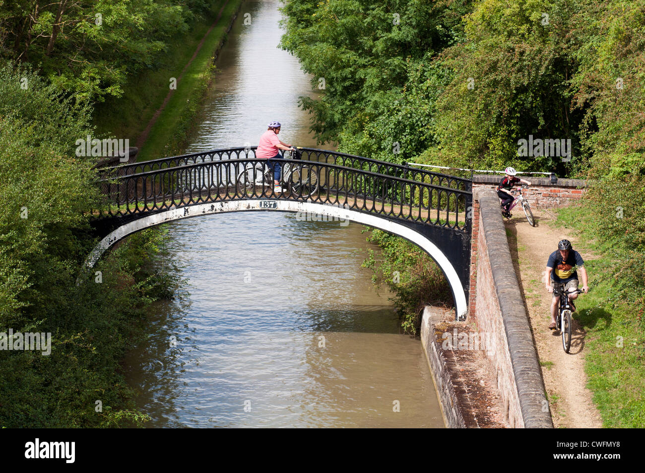 Cyclists on towpath of the Oxford Canal near Fenny Compton, Warwickshire, UK - Stock Image