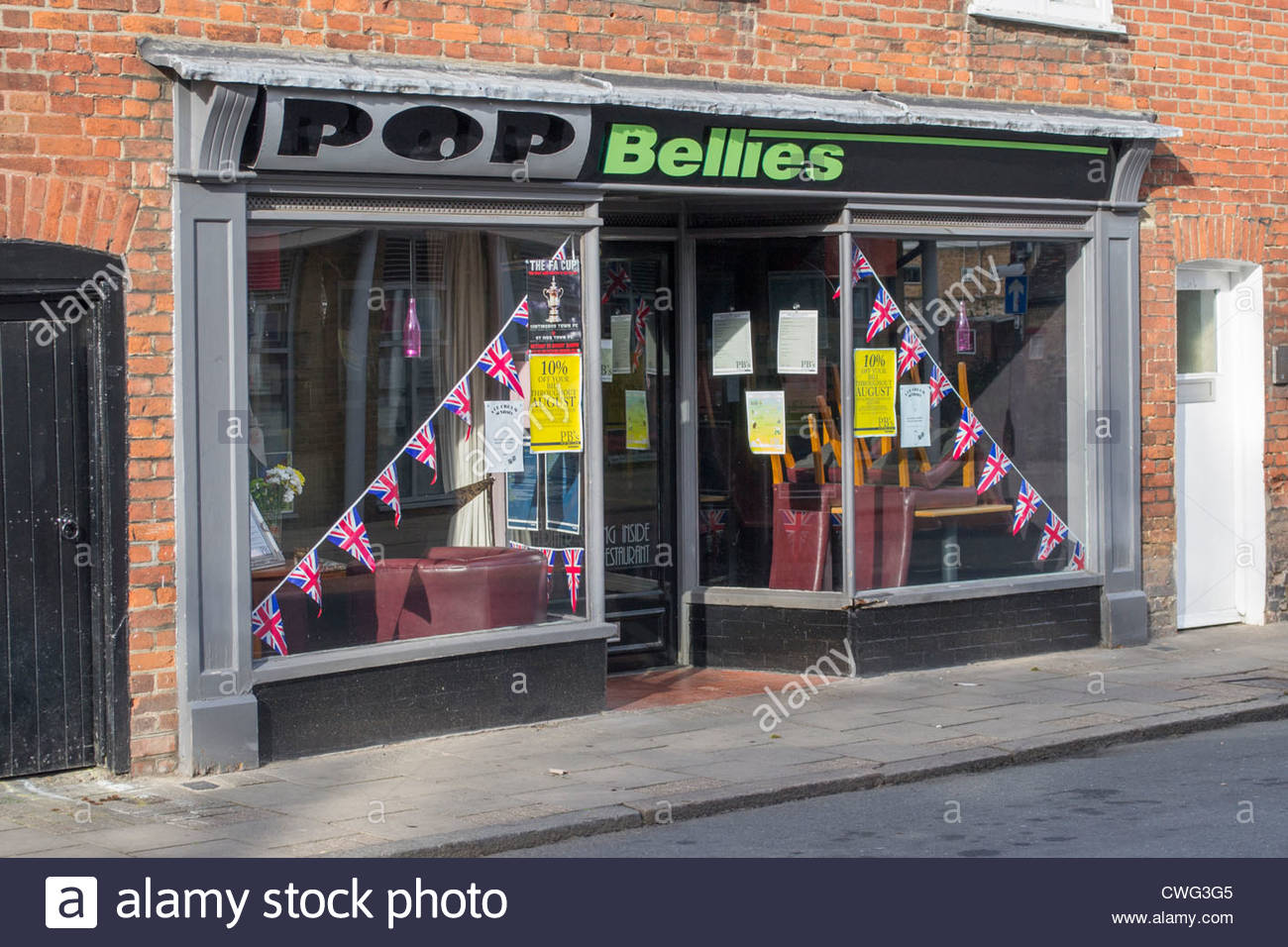 Pop Bellies local cafe in Huntingdon High Street displaying GB bunting in the window. - Stock Image