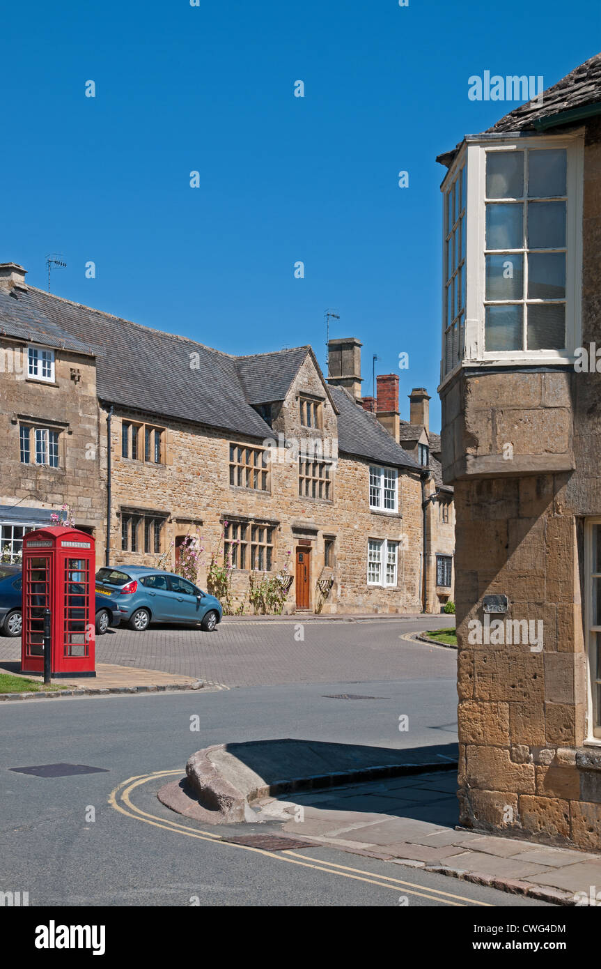 Corner of Sheep Street and Lower High Street Chipping Campden Cotswolds with red telephone box and square bay window - Stock Image