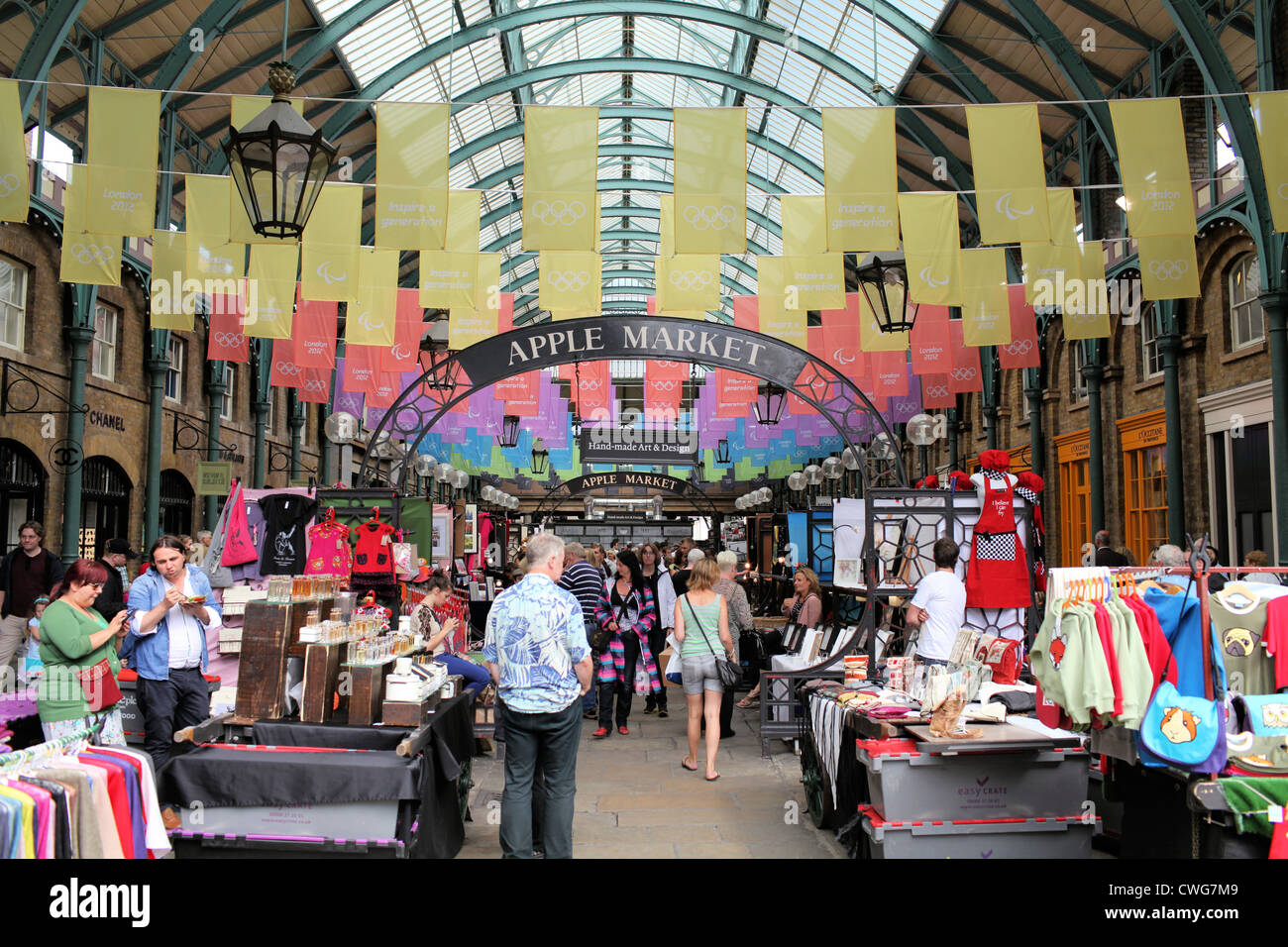 Covent Garden Apple Market Stalls Selling A Variety Of Arts And Stock Photo Alamy