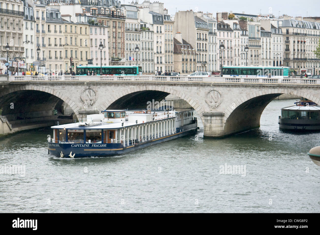 Tourist boat passing under Pont au Change Paris - Stock Image