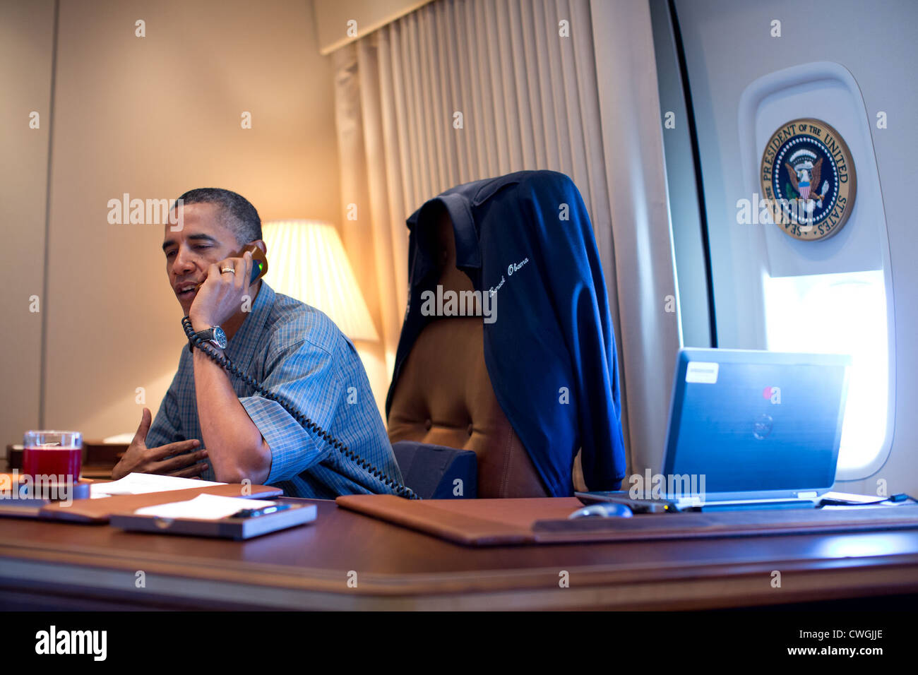President Barack Obama talks on the phone with NASA's Curiosity Mars rover team aboard Air Force One during - Stock Image