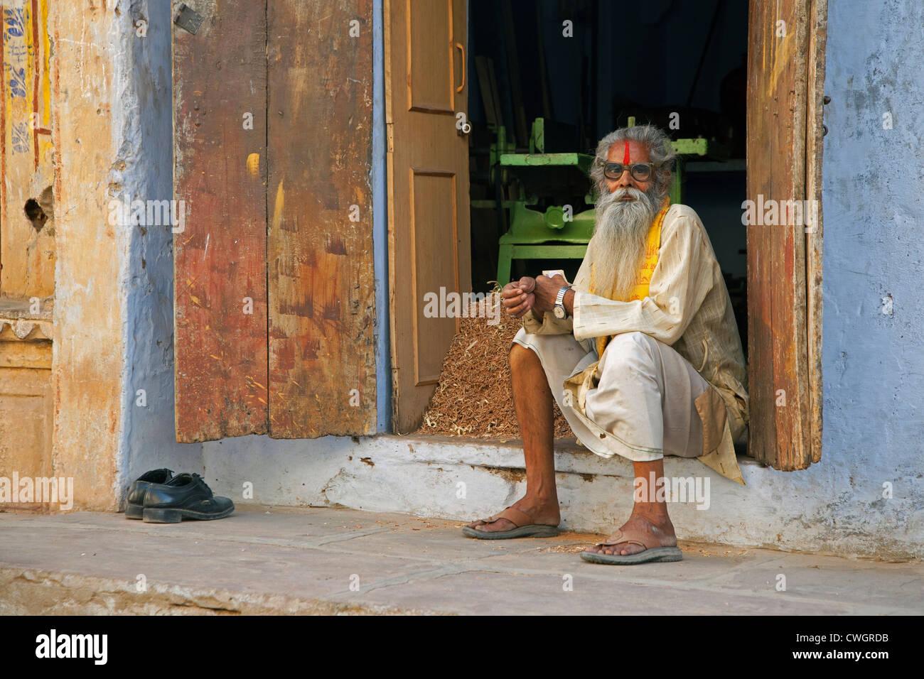 Old Indian man in traditional dress wearing spectacles, Bundi, Rajasthan, India - Stock Image