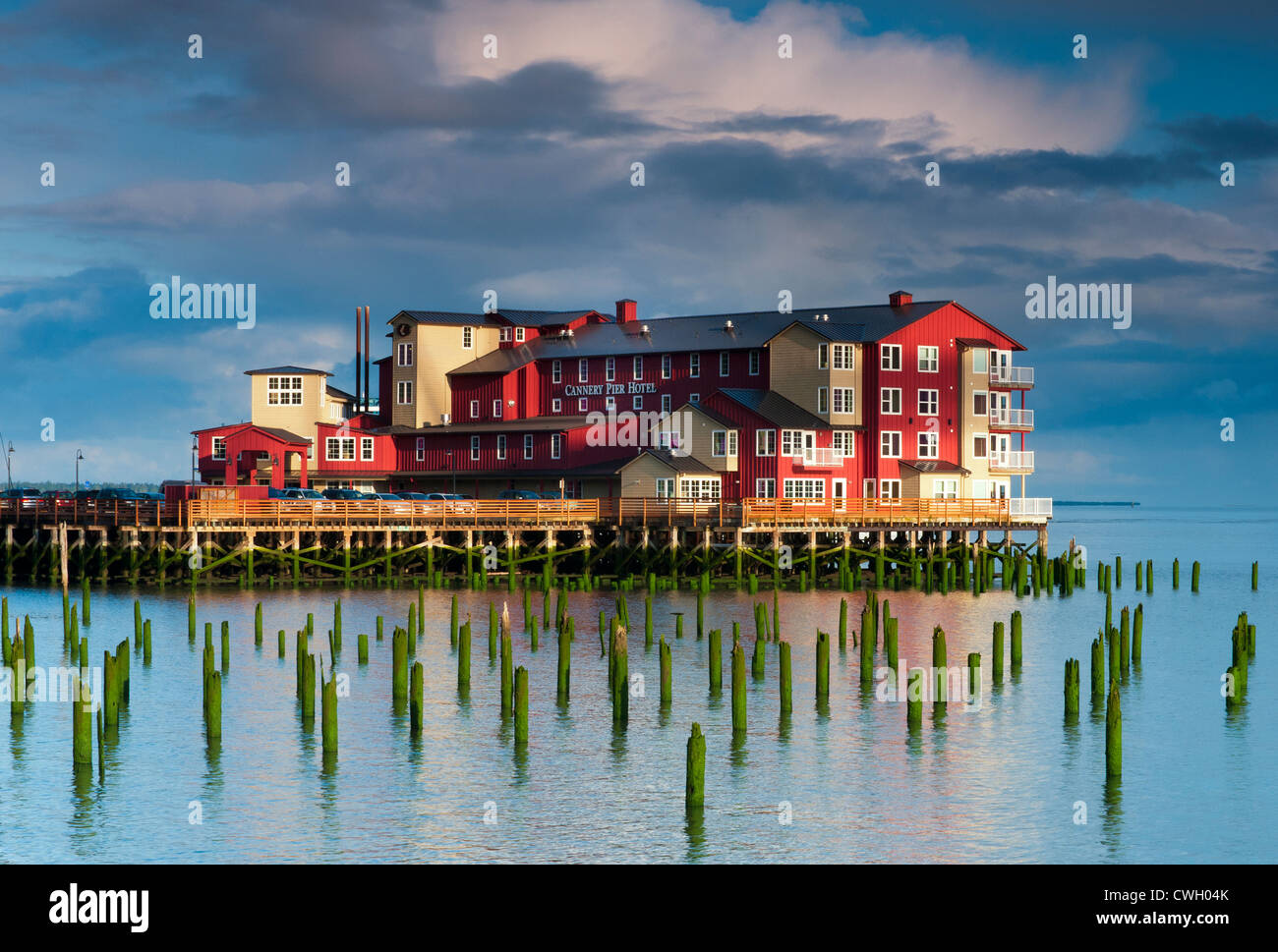 Beautiful sunrise light on the Cannery Pier Hotel at high tide on the Columbia River, Astoria, Oregon, USA - Stock Image