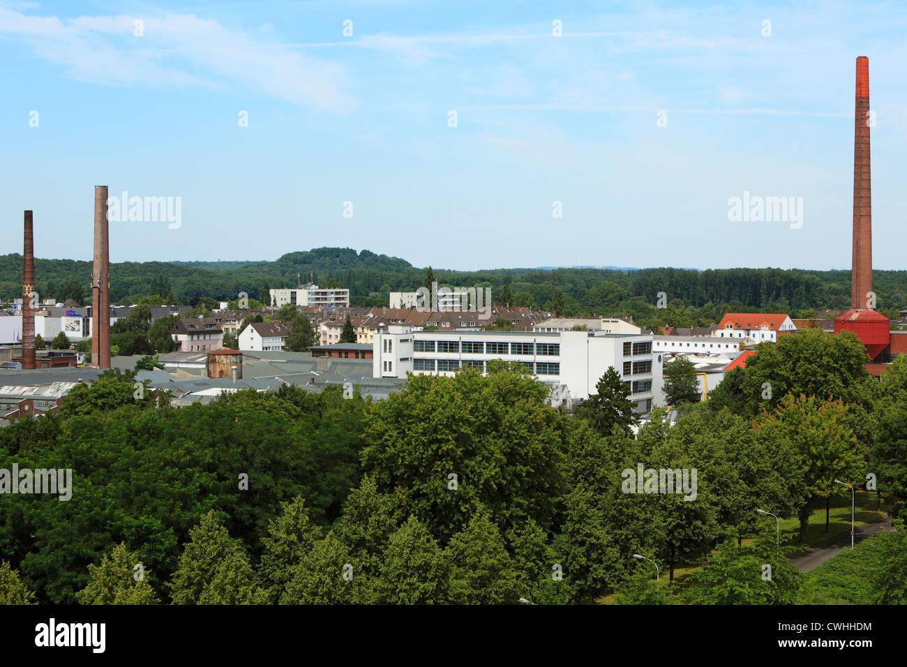 Landschaftspanorama, Fabrikgebaeude, Schornsteine, Inrather Berg, Krefeld, Niederrhein, Nordrhein-Westfalen - Stock Image