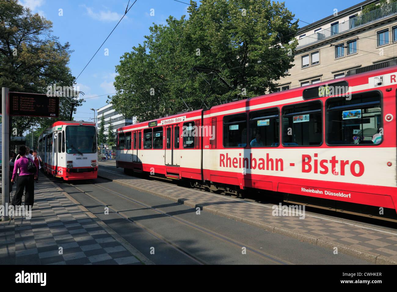 Strassenbahnen am Verkehrsknotenpunkt Ostwall Kreuzung Rheinstrasse in Krefeld, Niederrhein, Nordrhein-Westfalen - Stock Image