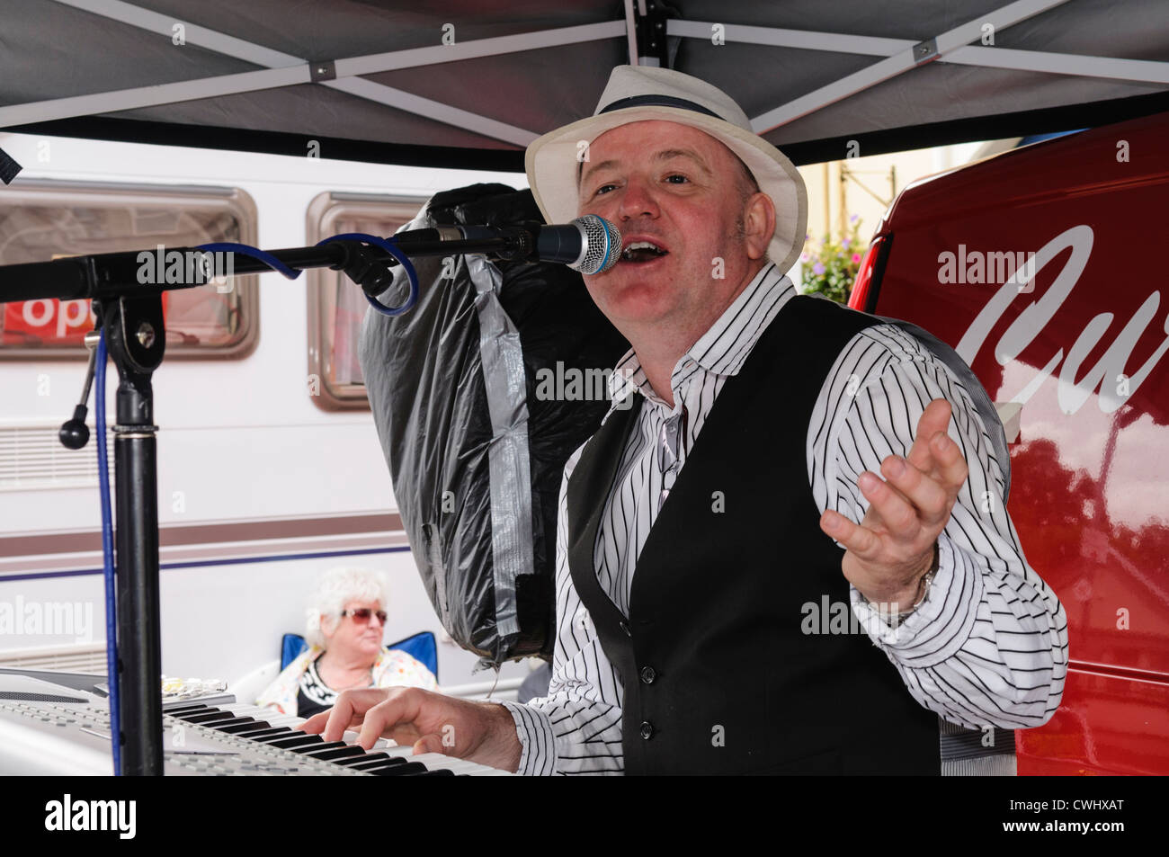 Irish country singer Curtis Magee singing at the Ould Lammas Fair in Ballycastle - Stock Image