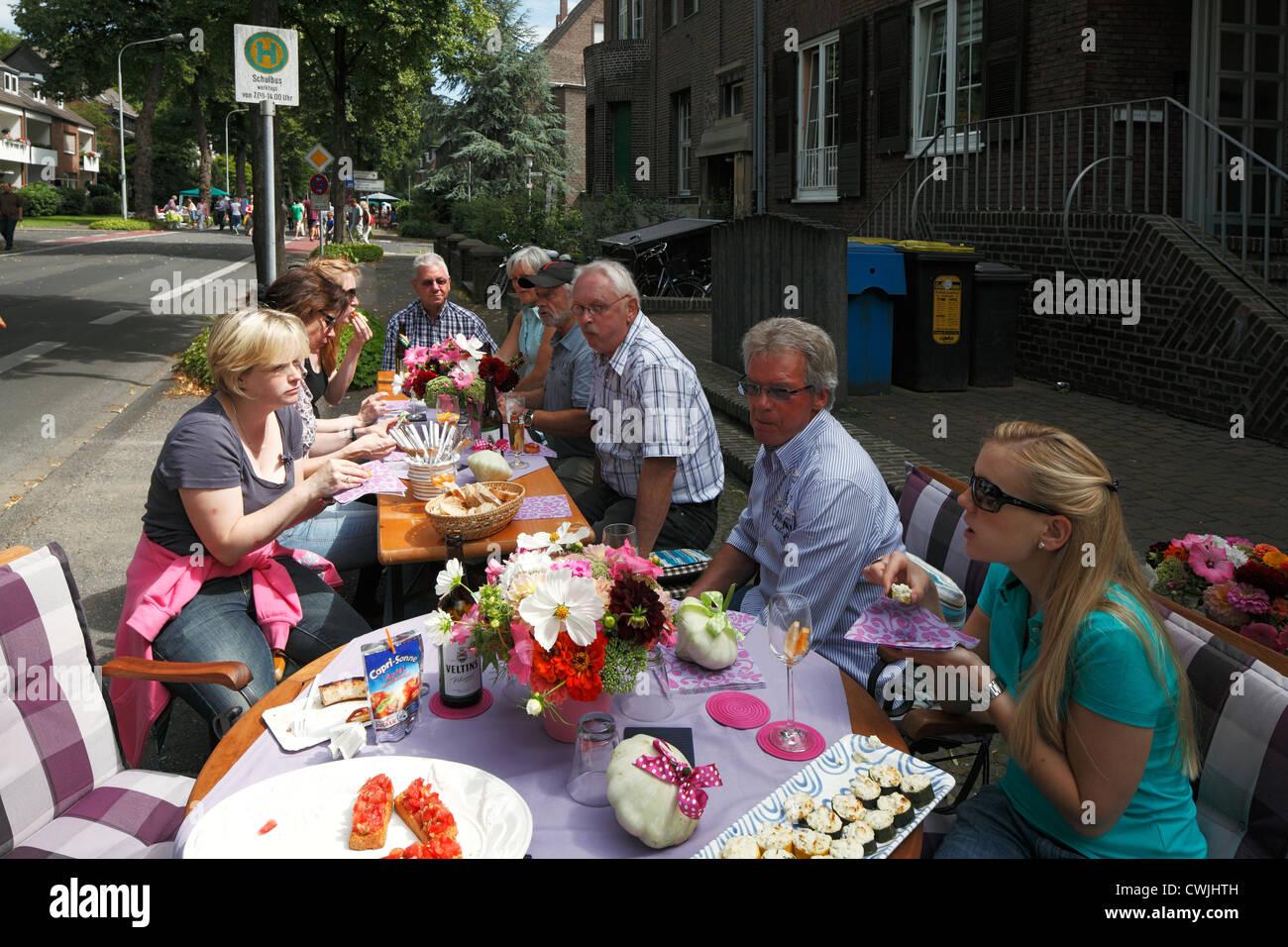 D-Krefeld, Rhine, Lower Rhine, Rhineland, North Rhine-Westphalia, NRW, Friedrich-Ebert-Strasse, street party 'Summer - Stock Image