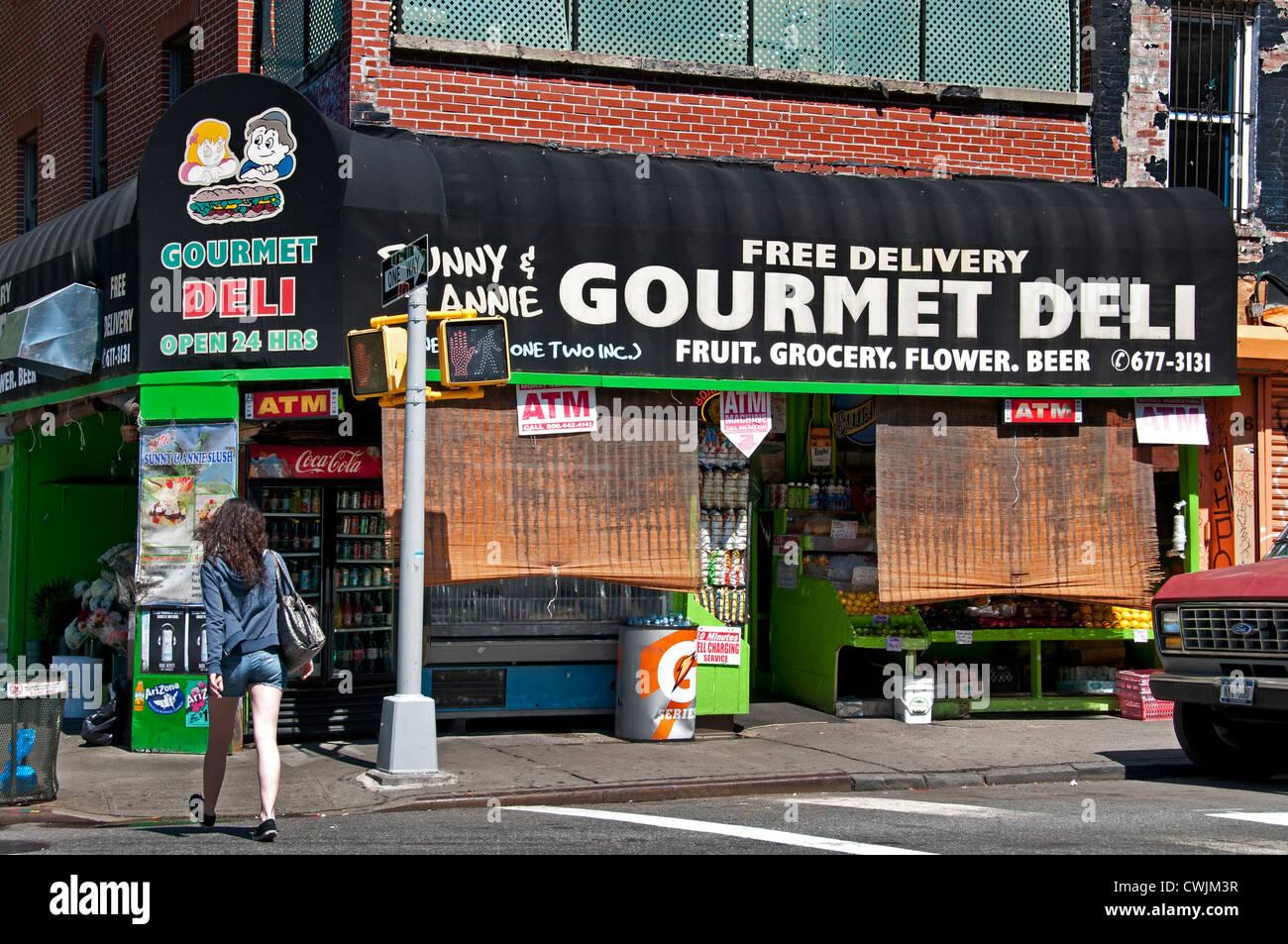 New York City Village Gourmet Deli Fruit grocery Flower Beer - Stock Image