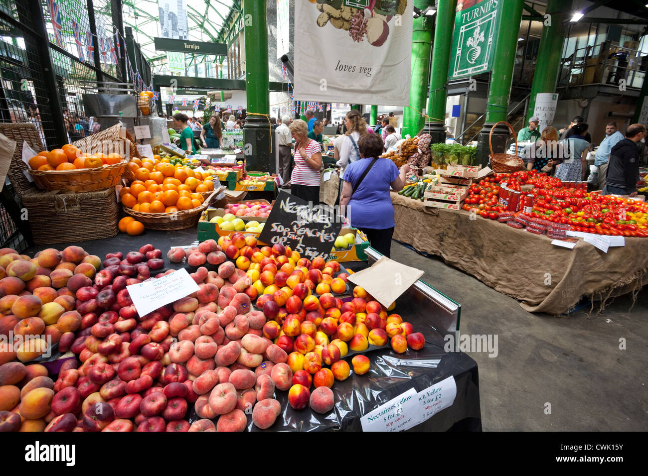 Organic fruit stall, Borough Market, London, England, UK - Stock Image