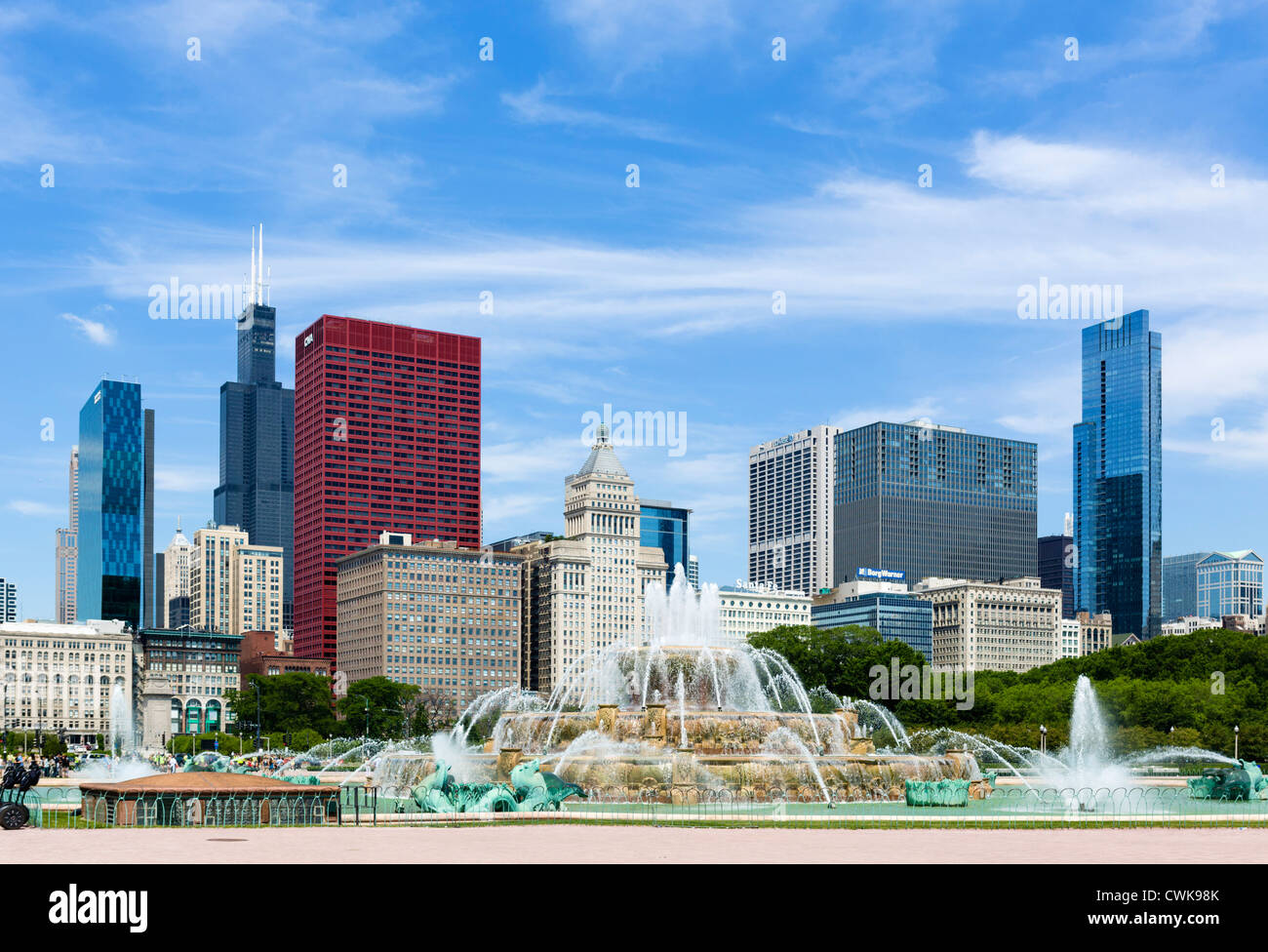 The Buckingham Fountain in front of the downtown city skyline, Grant Park, Chicago, Illinois, USA - Stock Image
