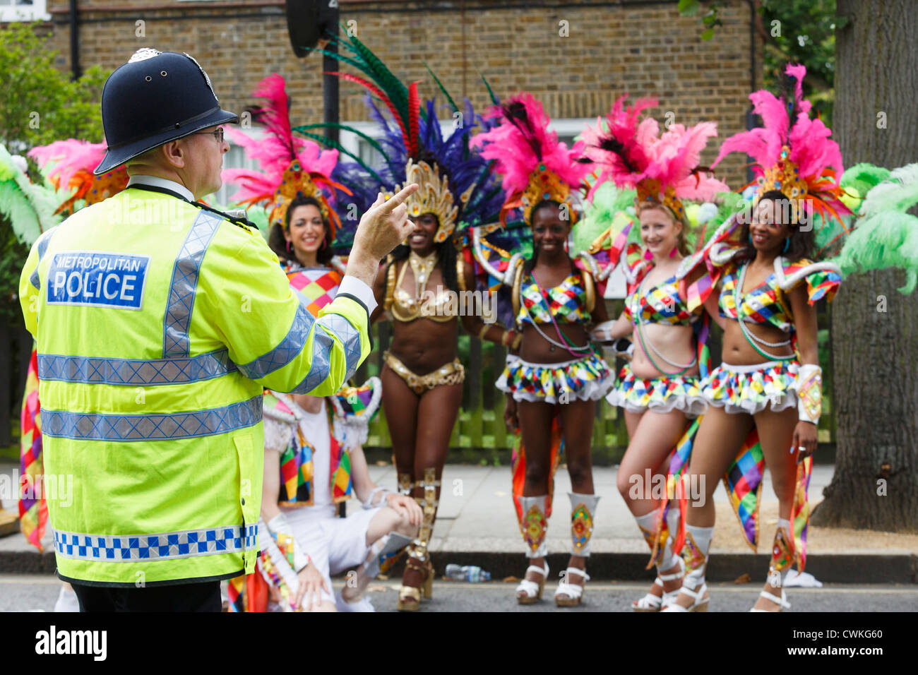 Paraiso School of Samba at Notting Hill Carnival, police officer with samba dancers - Stock Image