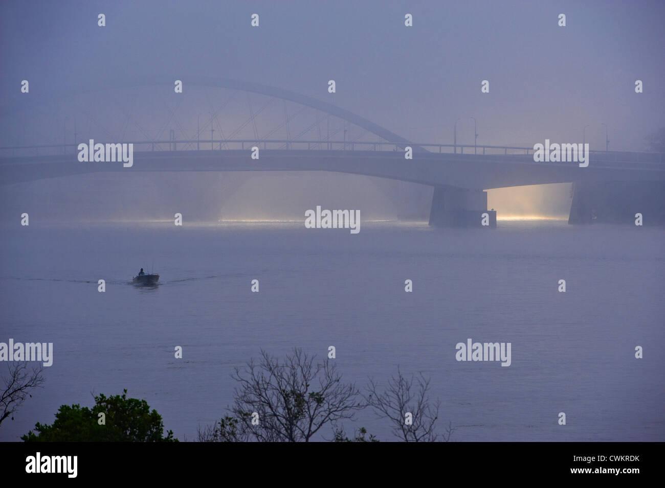 Merivale Bridge, Milton Reach of the Brisbane river in early morning fog, Brisbane Australia - Stock Image