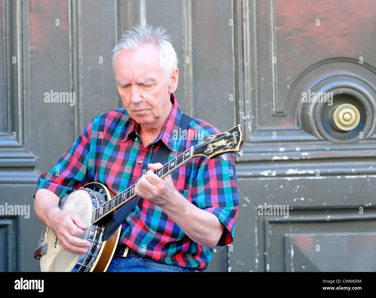 Ukulele playing in a Jazz band busking on the streets of Paris, France - Stock Image