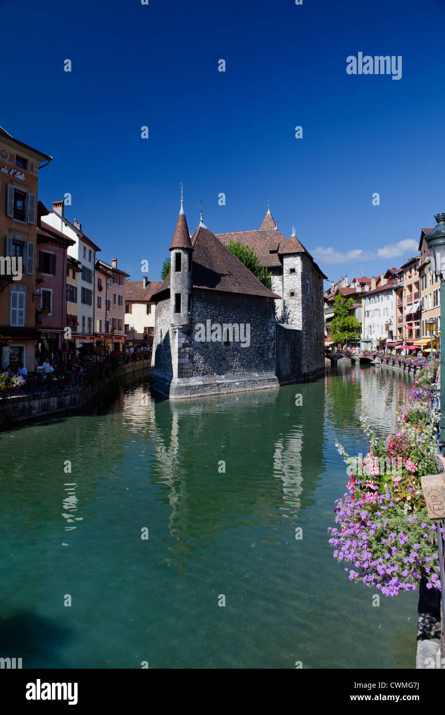 Palais de l'ile, quai des prisons, Annecy. Jail on the island in the middle of the canal formed by lake Annecy, - Stock Image