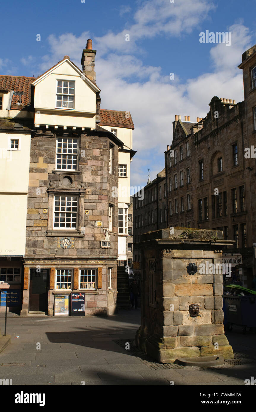 John Knox house and the Netherbow wellhead on the Royal Mile, Edinburgh, Scotland, UK. Stock Photo
