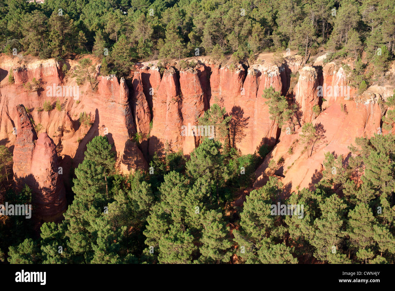 CLAY CLIFF (aerial view). Red ochre cliffs near the village of Roussillon, Lubéron, Vaucluse, Provence, France. - Stock Image