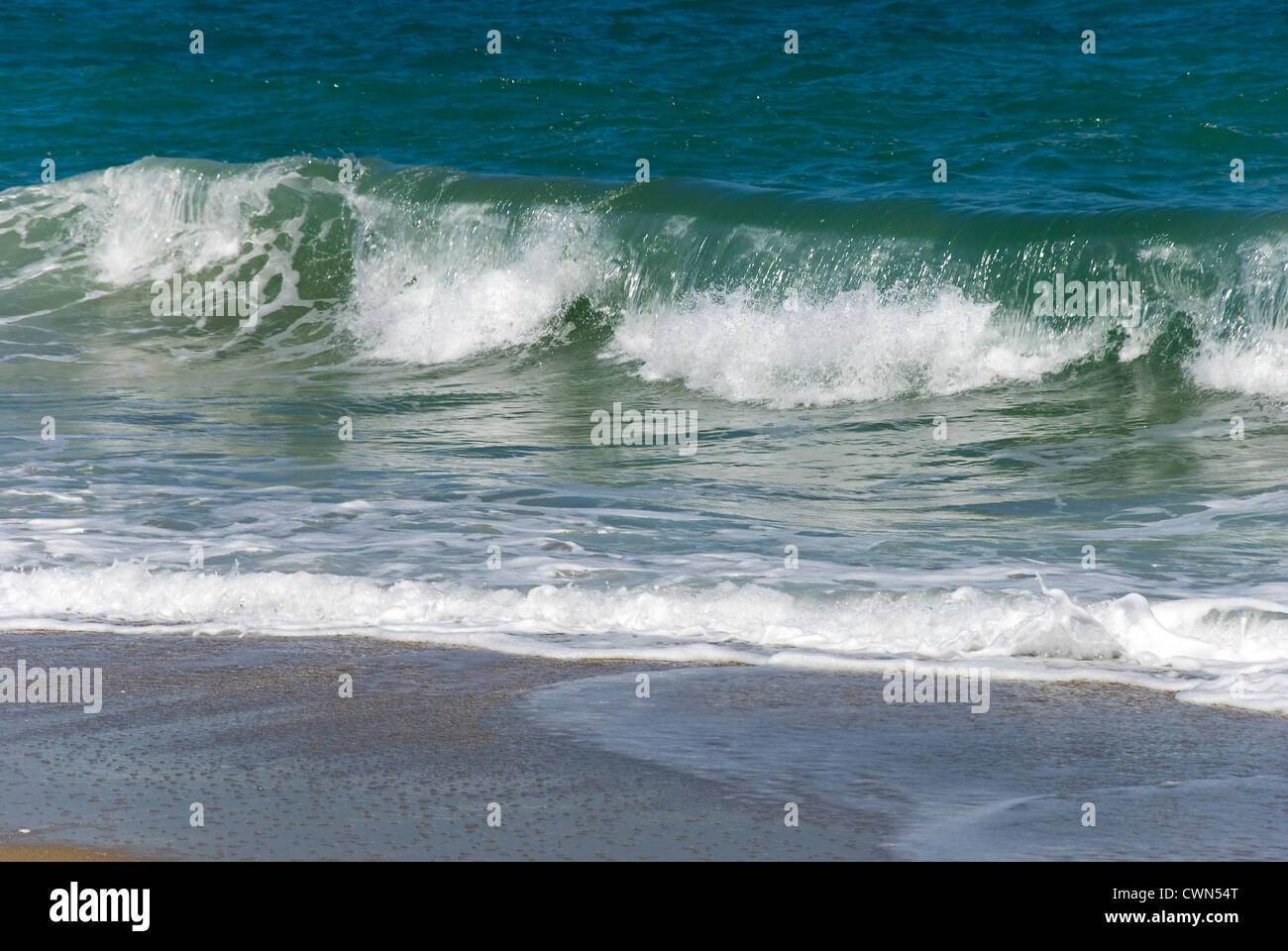 A wave is rolling onto a beach on Pelion peninsula (Thessaly, Greece) - Stock Image