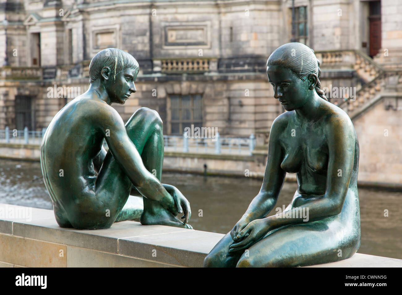 Berlin, Germany. Bronze sculpture 'Three Girls and a Boy' (Wilfred Fitzenreiter; 1988) by the River Spree - Stock Image