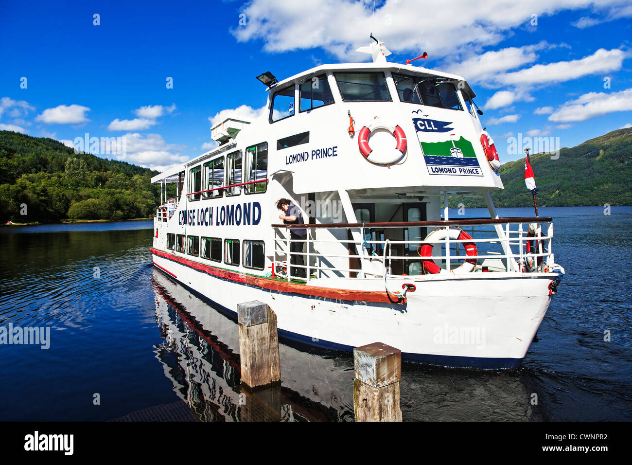Cruise boat sets sail on Loch Lomond from Tarbet pier, Scotland. - Stock Image