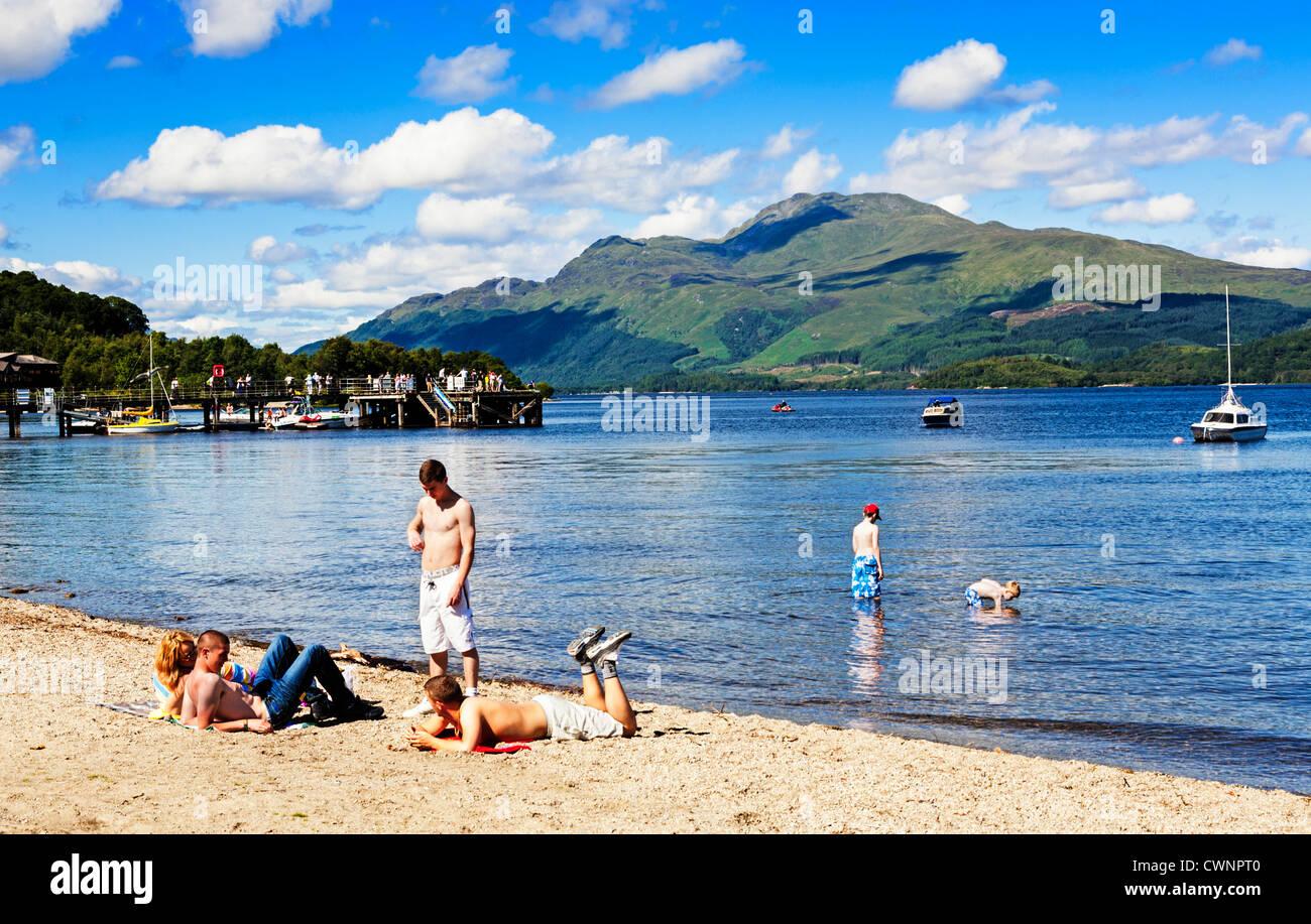 Luss beach in summer with Ben Lomond across the water, Loch Lomond, Scotland. - Stock Image