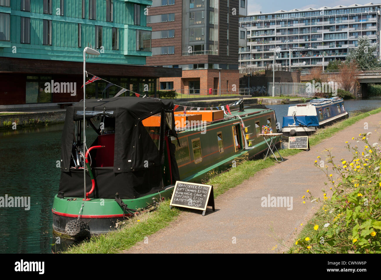 Narrow Boat on the Regent's Canal, London offering cafe services - Stock Image