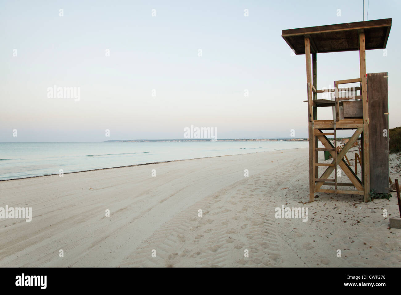 Lifeguard stand on deserted beach - Stock Image