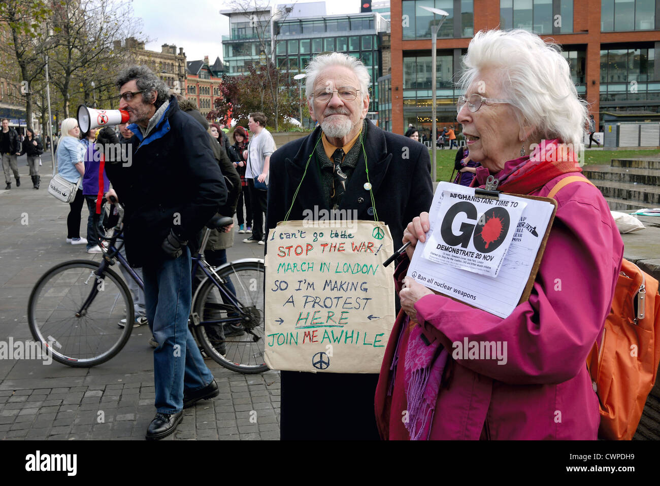 Three Elderly Anti War demonstrators having their own Stop the War Demo in Manchester City Centre against the war - Stock Image