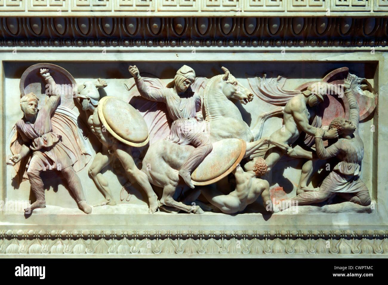 Türkei, Istanbul, Sultanahmet,  Alexandersarkophag im Archäologischen Museum.  Darstellung Kampf gegen - Stock Image