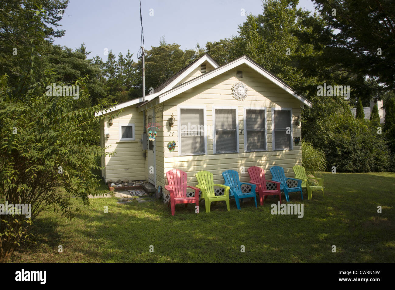 Small house with colorful lawn chairs, Riverhead, Long Island. - Stock Image