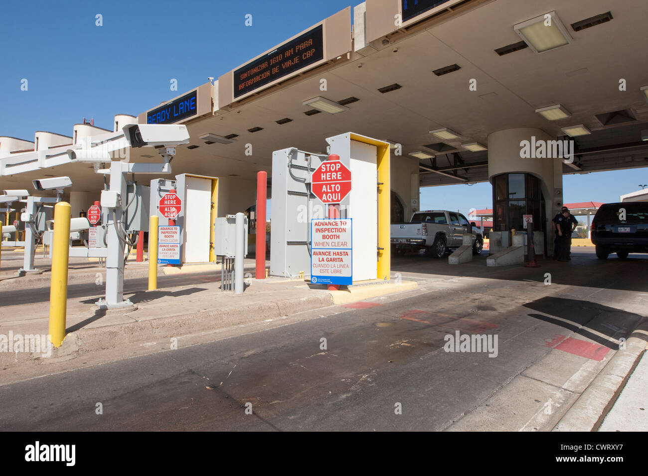 Bilingual sings in English and Spanish with information at the Laredo, Texas port of entry from Mexico - Stock Image